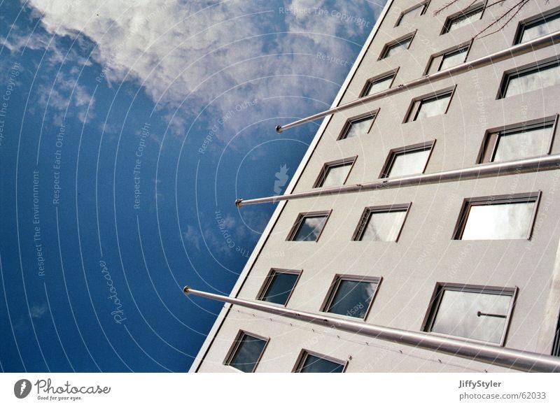 Aufteilung Himmel Stadt Wolken Haus Fenster Freiheit Gebäude Arbeit & Erwerbstätigkeit Perspektive Fahne Strommast