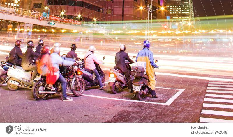 Rush Hour in Taipeh Mensch Stadt rot Straße dunkel Gebäude Menschengruppe hell warten Verkehr Geschwindigkeit Brücke stehen fahren viele stoppen