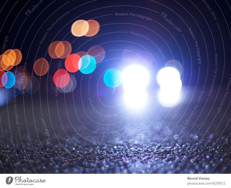 Straßen-Party Stadt Verkehr Verkehrsmittel Verkehrswege Autofahren Fahrzeug PKW blau mehrfarbig gelb grau orange rot schwarz weiß bodennah Asphalt Unschärfe