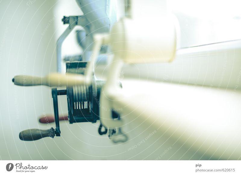 wer zuerst kommt, mahlt zuerst hell retro Sammlung Nostalgie antik Pastellton Mühle zerkleinern Kurbel mechanisch Kücheneinrichtung