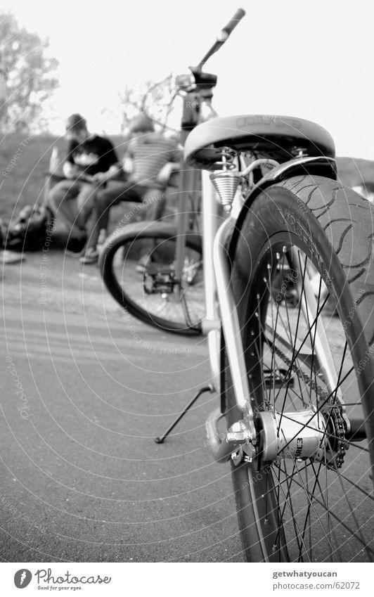 Kleine Pause Mann Natur ruhig Erholung Park Fahrrad Bank Asphalt Heck Feierabend Fahrradsattel