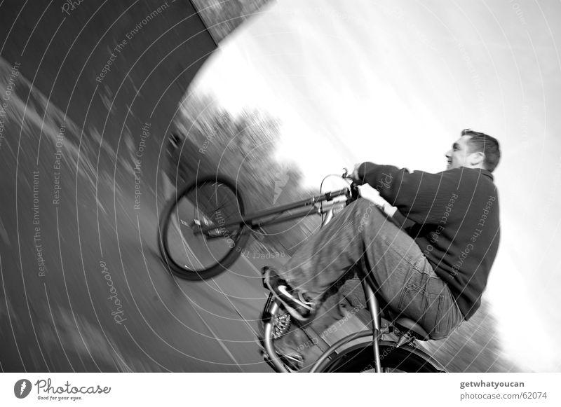 Zweckentfremdet 1 Mann Natur Freude ruhig Erholung Bewegung Holz Fahrrad Geschwindigkeit Asphalt Dynamik Halfpipe Rampe Feierabend Sportpark