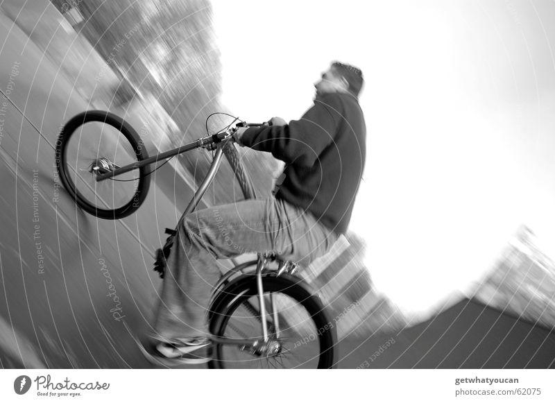 Zweckentfremdet 2 Mann Natur Freude ruhig Erholung Bewegung Holz Fahrrad Geschwindigkeit Asphalt Dynamik Halfpipe Rampe Feierabend Sportpark