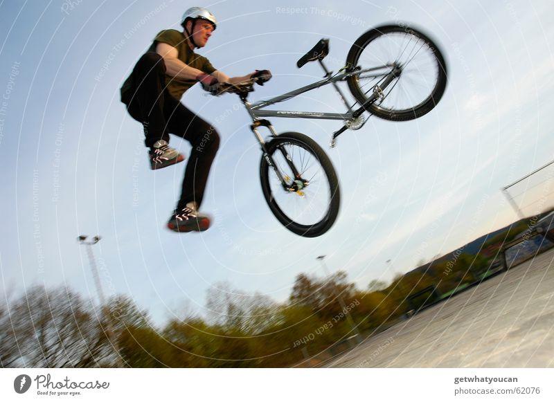 Etwas verloren Fahrrad Mountainbike Mann Trick Rampe springen gefährlich Sportpark Holz tailwhip Luftverkehr Mut bedrohlich Natur Schmerz