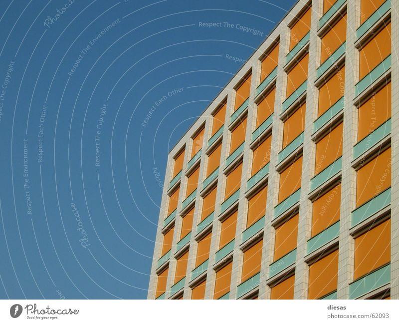 Individualität Himmel Einsamkeit Fenster Gebäude Linie Hochhaus Fassade Geometrie anonym Symmetrie Rechteck gleich Jalousie