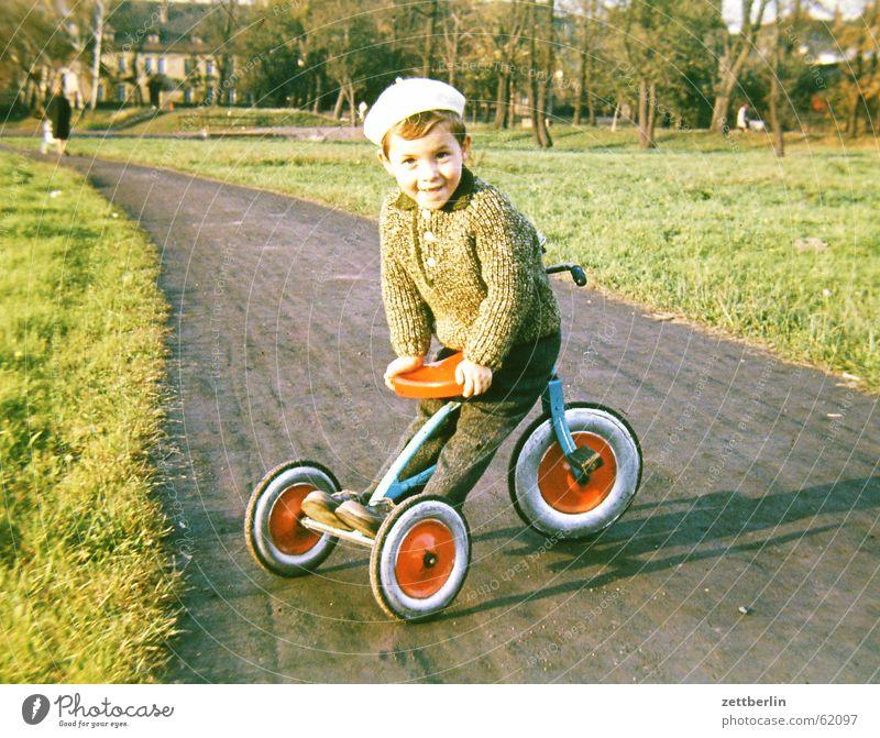 Ganz früher II Kind Sommer Frühling Herbst Junge Park Kindheit Kleinstadt Sonntag Dreirad
