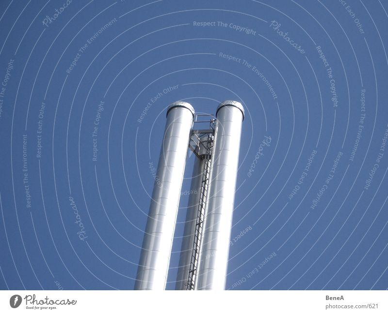 Look Up 2 Abgas Chrom glänzend Umweltverschmutzung Luft Industrie modern Himmel dreckig Schornstein 3 Wolkenloser Himmel parallel emporragend Leiter hoch rund