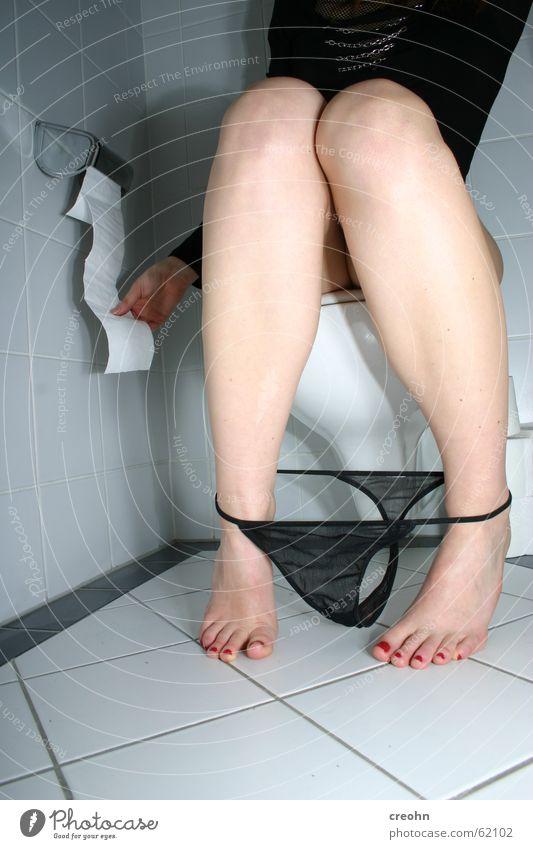 allein sein Frau Unterwäsche schwarz Fuß Beine Papier Bad Toilette Fliesen u. Kacheln Intimität Unterhose urinieren müssen Kosmetik Raum Bekleidung