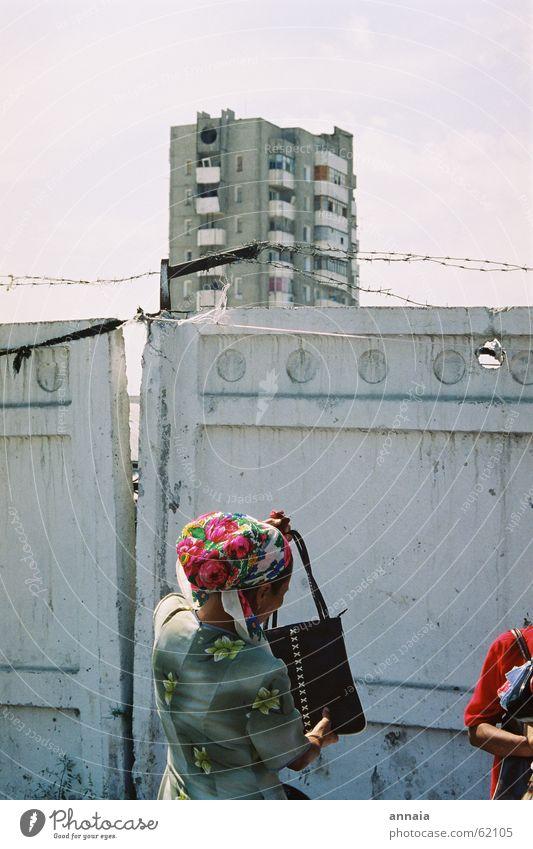 Kopftuch in Osch Stacheldraht Mauer Zaun Hochhaus Frau Tasche heben Stadt geschlossen Kirgisistan beklemmend eingeschlossen kyrgistan kirgistan Sowjetunion