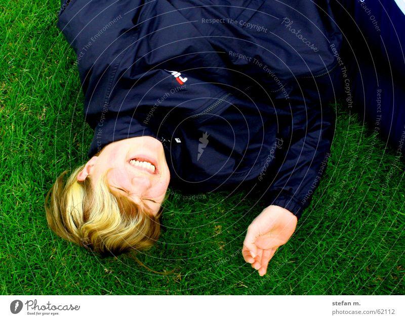sturz ins gras macht spasz schön grün Freude Wiese Gras Glück lachen liegen