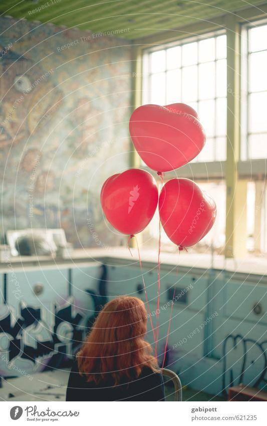 oh Valentin wann kommst du nur Menschenleer Gebäude Schwimmbad Schwimmhalle Fassade Fenster Kommunizieren warten frech trashig trist blau rot Einsamkeit