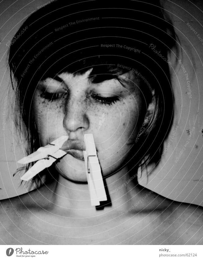 universally speaking Frau Mensch weiß Gesicht schwarz Auge Einsamkeit Wand Haare & Frisuren Mund Angst geschlossen Lippen festhalten Hals Scham