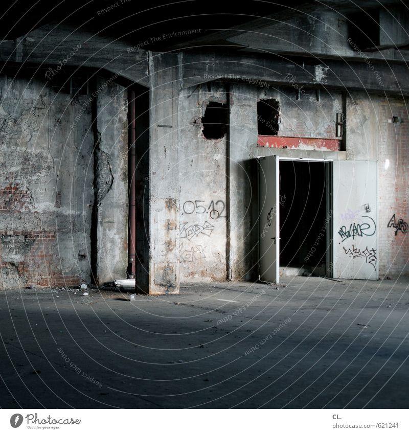 tür zu, es zieht alt Einsamkeit dunkel Wand Gebäude Architektur Mauer Raum dreckig offen Tür trist bedrohlich Vergänglichkeit geheimnisvoll verfallen