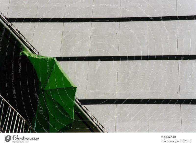 AUSBLICK - trist grau Beton Sonnenschirm Vereinsamung Himmel grün Stadt Haus Leben Fenster Wand Gebäude Wetter Arbeit & Erwerbstätigkeit Wohnung Design Hochhaus