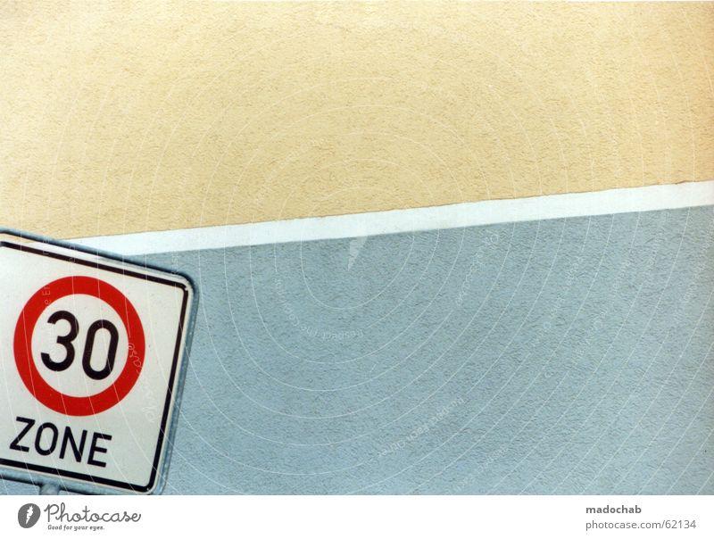 Tempo 30 Zonen Schild mit viel Textreiraum geeignet als Geburtstagskarte oder für ein Jubiläum harmonisch ruhig Stadt Gebäude Mauer Wand Verkehr Beton Zeichen
