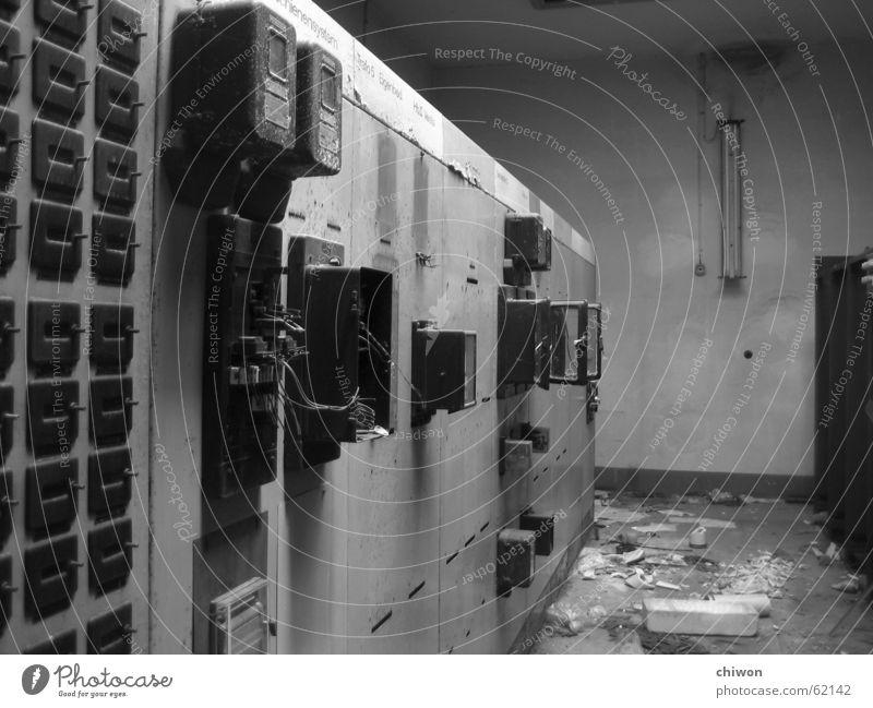 billiger stromanbieter elektronisch Schrank dreckig schwarz weiß Zone gruselig Scherbe Leipzig Plagwitz Staub Bruchbude porös Wohnung Transformator Elektrizität