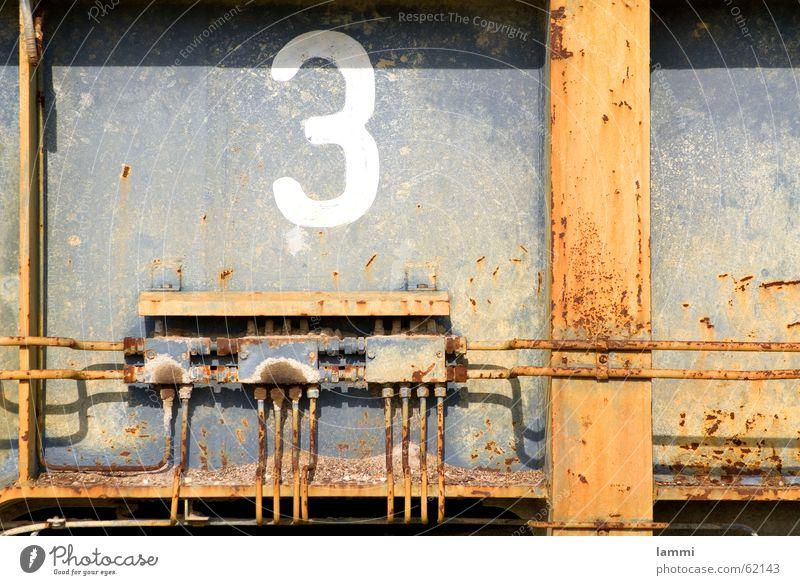 Verteiler drei alt grau Traurigkeit 3 Trauer Ende Ziffern & Zahlen Stahl Verfall Vergangenheit Rost DDR Mischung Leitung Bagger Bergbau