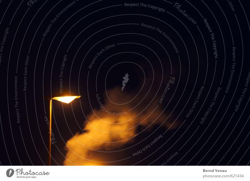 Straßenlambda Lampe Stadt Schornstein Verkehr orange schwarz weiß Beleuchtung Wasserdampf Abgas Farbfoto Außenaufnahme Textfreiraum oben Nacht Kunstlicht Licht