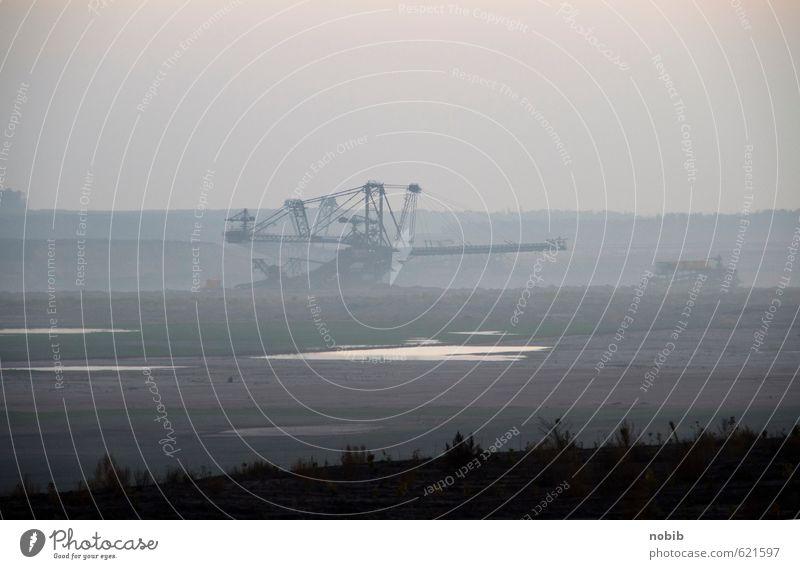 Braunkohlenbagger 2 Wasser Landschaft dunkel Umwelt grau Sand Arbeit & Erwerbstätigkeit Erde Nebel trist Energiewirtschaft Klima bedrohlich Urelemente