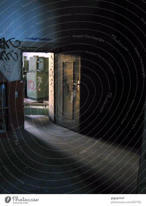 Tür dunkel offen Lichtschein
