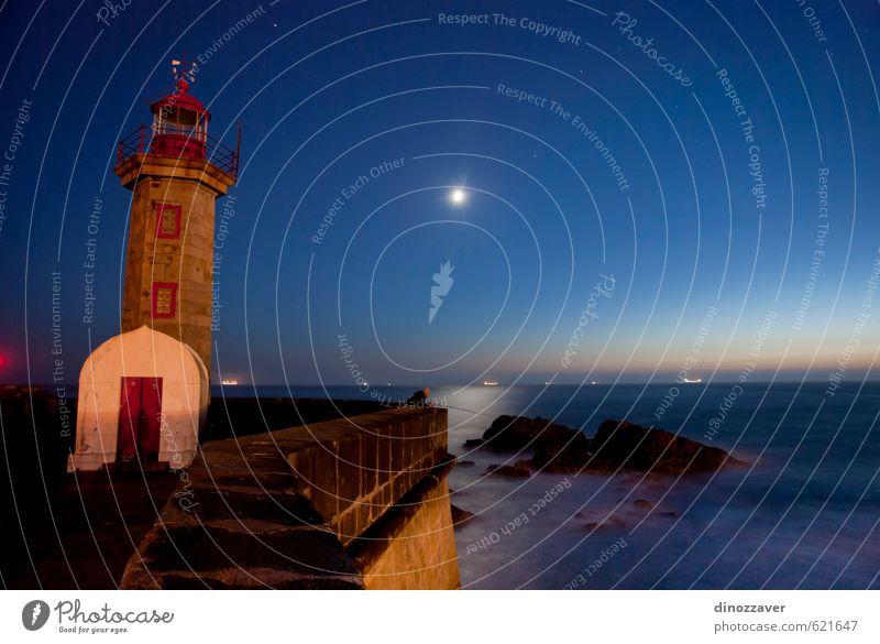Fischen in der Nacht Ferien & Urlaub & Reisen Sommer Strand Meer Haus Himmel Wolken Mond Felsen Küste See Leuchtturm Gebäude Architektur dunkel hell blau