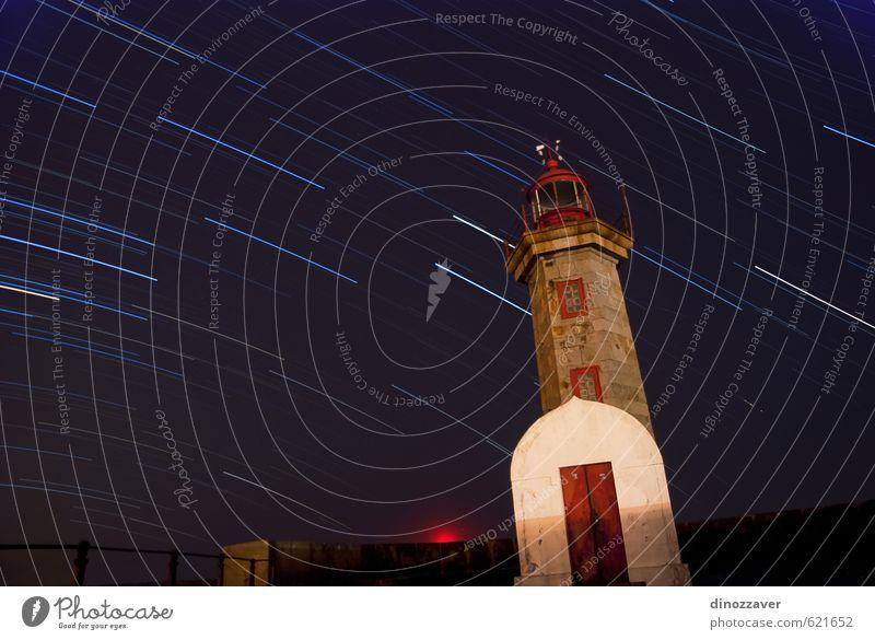 Leuchtturm mit Sternenschwänzen Ferien & Urlaub & Reisen Sommer Strand Meer Himmel Wolken Felsen Küste Gebäude Architektur dunkel hell blau Sicherheit