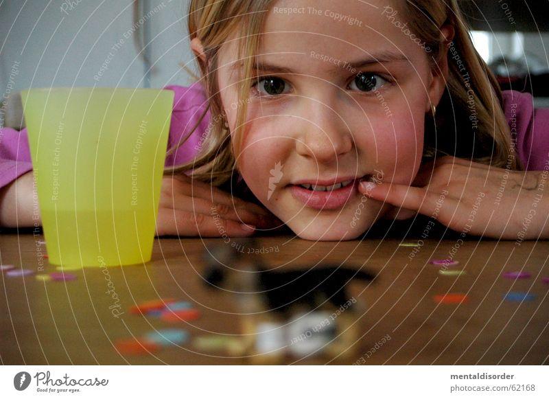 ... Schärfe Kind Mädchen Hund Spielen Spielzeug Tisch Konfetti Holz Finger Hand stehen Becher Unschärfe Fell Dinge Blick Tier Pfote Holzmehl Aussicht Gesicht