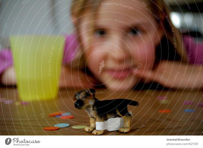 Unschärfe und ... Kind Mädchen Hund Spielen Spielzeug Tisch Konfetti Holz Finger Hand stehen Becher Fell Dinge Blick Tier Pfote Holzmehl Aussicht Gesicht Ohr