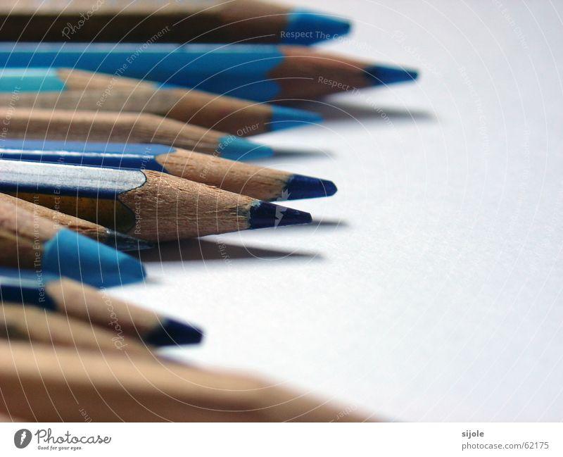 BLAU blau weiß Farbe kalt dunkel Holz hell Kunst Ordnung Papier Spitze streichen zeichnen Schreibstift himmelblau Schreibgerät
