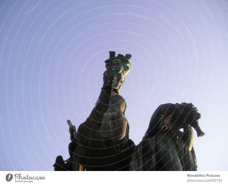 Hohes Ross alt blau Deutschland groß Pferd Statue Denkmal König beeindruckend Huf erdrückend Koblenz