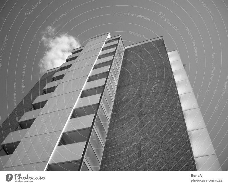 Look Up 1 Plattenbau Gebäude Haus Wohnhochhaus trist Siebziger Jahre Beton Block Stadt Urbanisierung kalt Hochhaus Himmel Wolken Schwarzweißfoto wohngebäude sky