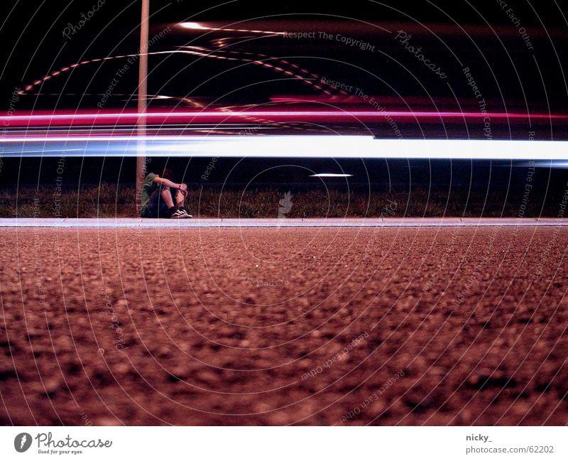 RATET MAL... Mann Licht rot weiß Laterne Nacht Lieferwagen Hose T-Shirt Einsamkeit abgelehnt Außenseiter Ende Asphalt kalt ruhig Ärger schlafen ducken schreien