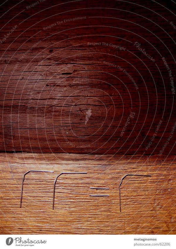 equation on wood Symbole & Metaphern Büroklammern Holz dunkelbraun hellbraun formkalkül Formel gleichung Metall silber Maserung holzbild