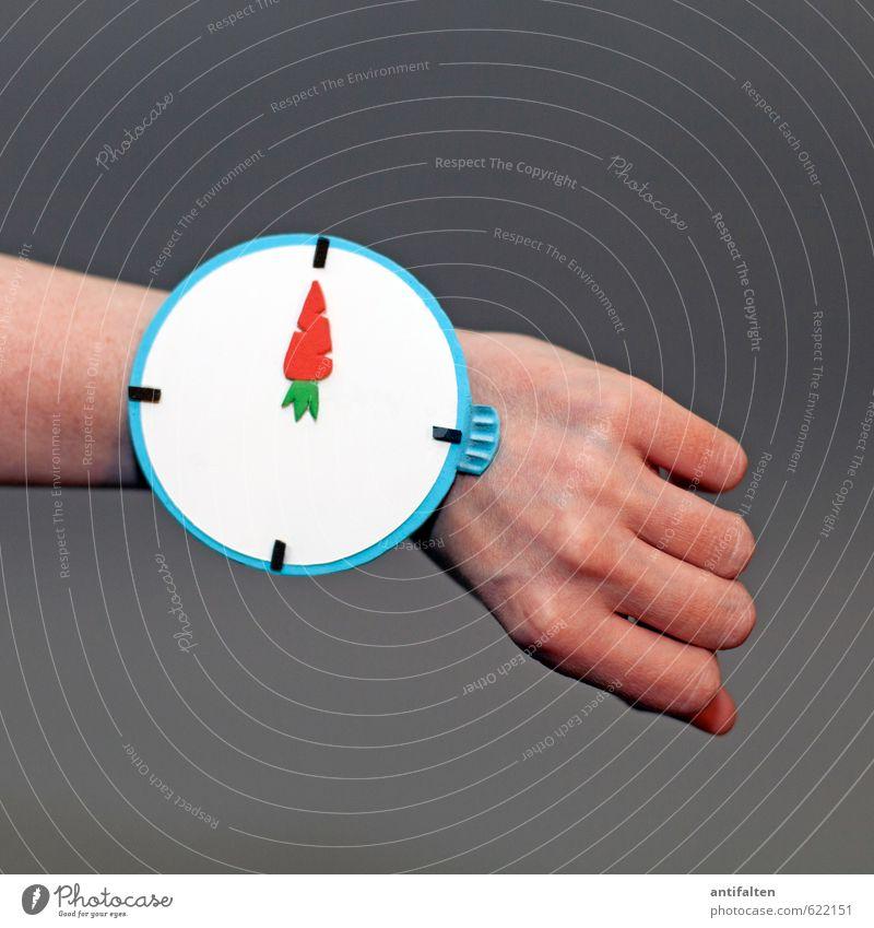 12 Uhr! feminin Junge Frau Jugendliche Erwachsene Arme Hand Finger Handgelenk Mensch 30-45 Jahre Accessoire Armbanduhr Zeichen Ziffern & Zahlen Linie lesen