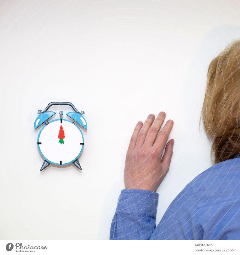 Mittagsschläfchen Mensch Frau blau weiß Hand Gesicht Erwachsene Leben feminin Haare & Frisuren Kopf Körper Uhr blond Arme Rücken
