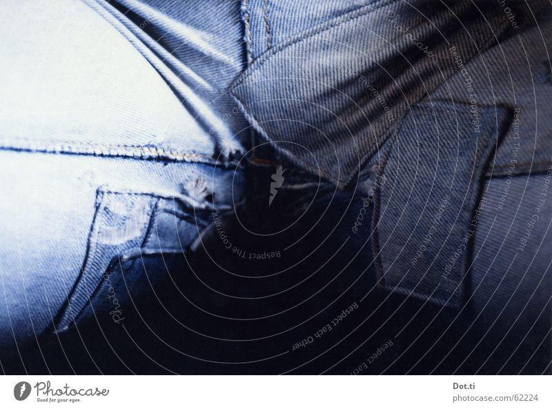 einer geht noch Mensch Jugendliche blau Stil Beine Mode Bekleidung sitzen Lifestyle Jeanshose kaputt Vergänglichkeit Hose Stoff verfallen