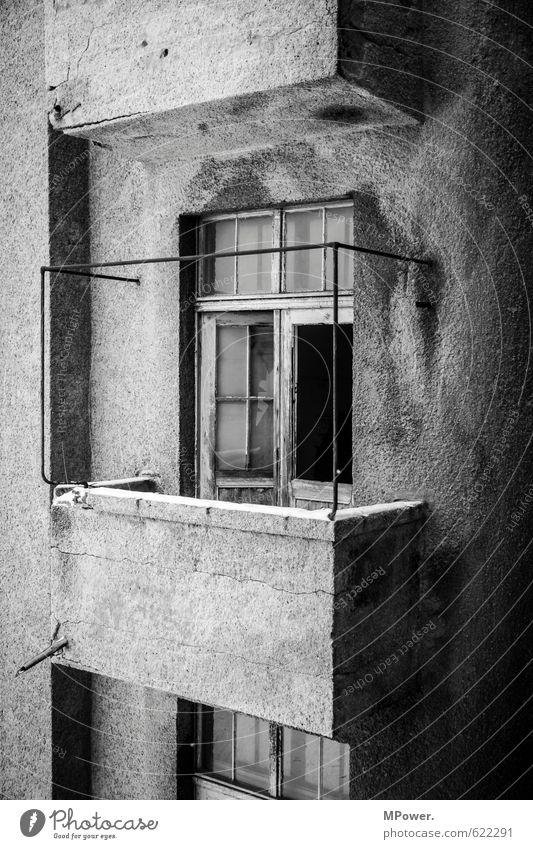 der verfall Stadtzentrum Altstadt Menschenleer Haus Hochhaus Gebäude Architektur Mauer Wand Balkon Terrasse Fenster Tür Dachrinne alt außergewöhnlich dreckig