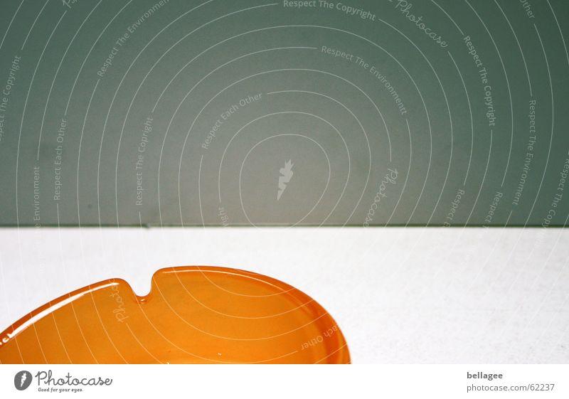 weniger ist mehr Aschenbecher Innenaufnahme weiß grau Rauchen verboten klinisch steril Raum orange aschen kampf der raucher aussterbende gruppe