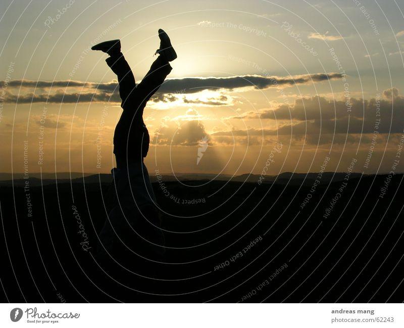 Walking in heaven Handstand Schuhe Sonnenuntergang Abenddämmerung Wolken Horizont Sonnenstrahlen genießen Mann Fuß sun feet foot shoe walking laufen Beine legs