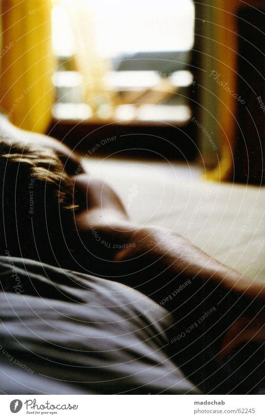 SCHLAFEN schlafen nackt Mann Licht Mensch Bett Balkon Torso träumen Wochenende Romantik Guten Morgen Zufriedenheit Wellness Student Erholung Vertrauen