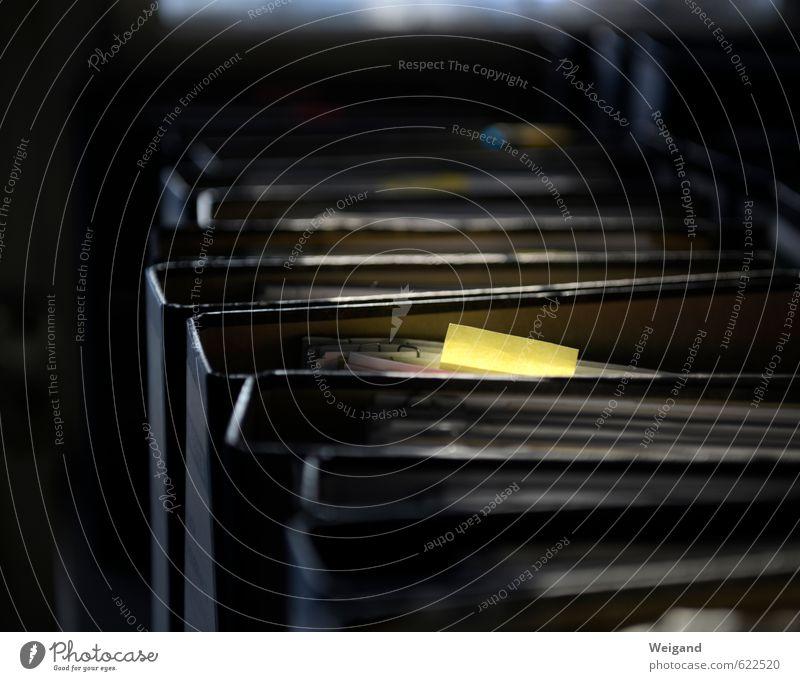 Gelbe Karte gelb außergewöhnlich Büro Ordnung Hinweisschild Telekommunikation Klarheit Vertrauen deutlich Zettel sortieren Signal Warnschild Verwaltung Ringbuchordner Akzeptanz