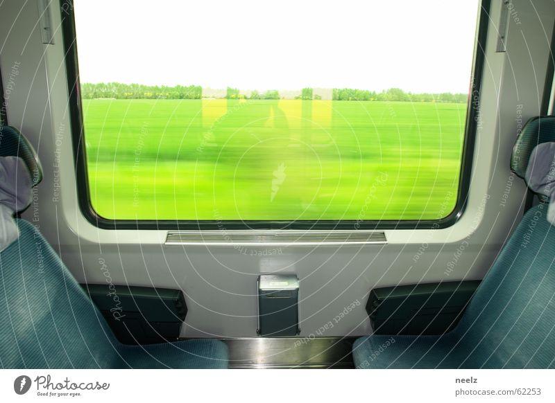 Bahn Sitzgelegenheit Fensterplatz Öffentlicher Personennahverkehr rollen Eisenbahn Zugabteil grün Aussicht fahren Verkehr Wiese Fensterrahmen