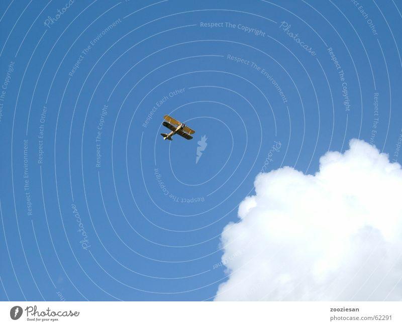 Doppeldecker auf blau/weiß Himmel weiß blau Wolken Freiheit Kraft Flugzeug fliegen Kraft Freizeit & Hobby Unendlichkeit historisch Ausstellung Pilot Fluggerät Flugschau