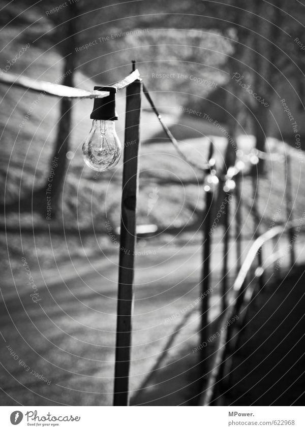 alte leuchte Technik & Technologie Energiewirtschaft Glühbirne Wege & Pfade Beleuchtungselement Kette Elektrizität Licht Lichterkette Straße Schwarzweißfoto