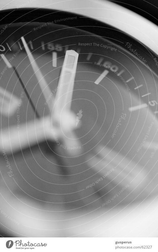Gleich schlägts Zwölf Zeit Uhr klein groß Tag Woche Monat Jahr Makroaufnahme Hand Uhrenzeiger rinnt durch die finger warten time watch cursor lower second hand