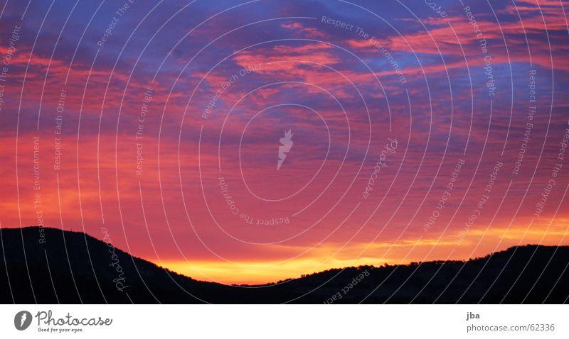 Morgenrot Himmel blau schwarz Wolken gelb Berge u. Gebirge Stimmung orange violett Hügel Bergkette magenta Cote d'Azur Röte St. Tropez