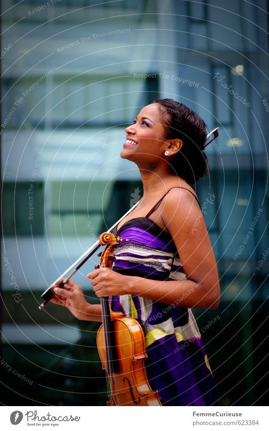 """""""Die Musik ist die Sprache der Leidenschaft."""" Mensch Frau Jugendliche Junge Frau Freude 18-30 Jahre Erwachsene Leben feminin lachen Glück Fröhlichkeit Kleid"""