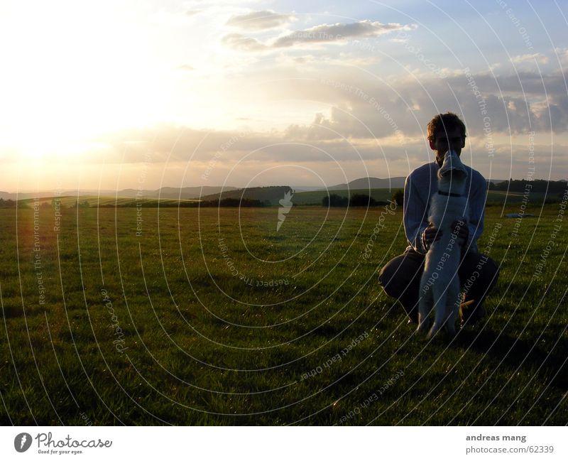 Freunde Mann Sonne Freude ruhig Wolken Berge u. Gebirge Hund Landschaft Freundschaft Zusammensein Beleuchtung Horizont Vertrauen Abenddämmerung hocken mögen