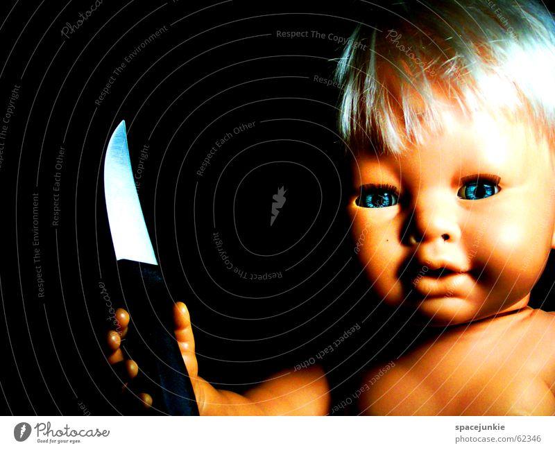 Püppchen comes around the eck blau Auge blond Angst süß bedrohlich niedlich Spielzeug gruselig böse Puppe Messer beängstigend Horrorfilm Chucky
