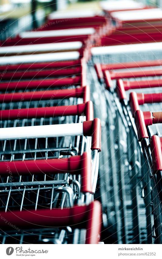 Konsum-Gesellschaft Einkaufswagen lang Stress Arbeit & Erwerbstätigkeit Posten Kolonne rot Marketing Wagen warten bigway kaufszwang Metall stoßen Ladengeschäft